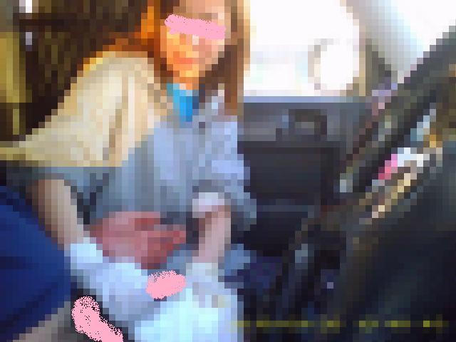茶髪のギャルに車内で手コキをさせて大量発射をこっそり撮影!?