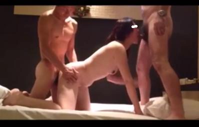 【個人撮影】男二人を相手に快感に浸る子持ち人妻さん【無】