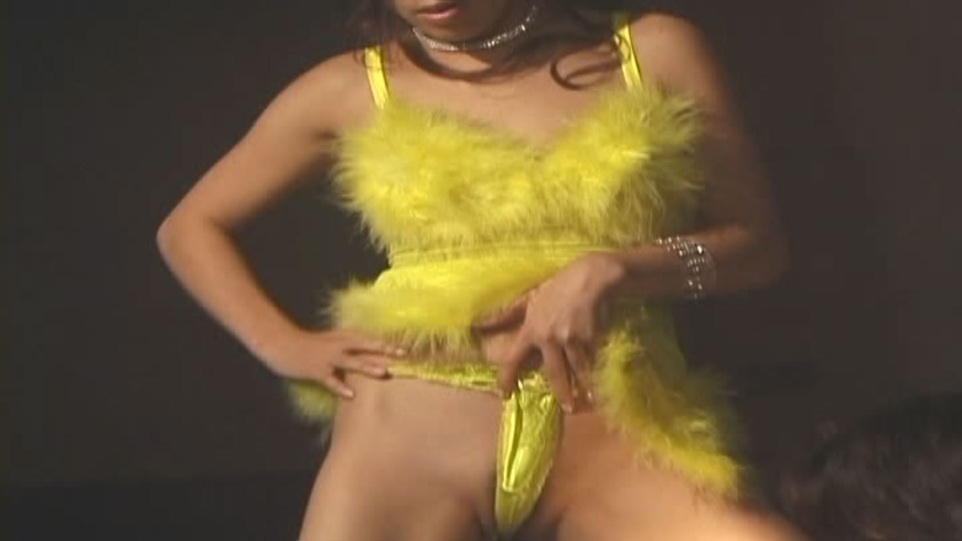 【HD動画】美巨乳スタイル抜群モ○ルが透け透けコスでエロエロダンス!くねくねする腰使いお尻を超接写w